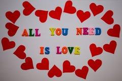 Tutto che abbiate bisogno di è messaggio di amore dalle lettere multicolori dell'alfabeto su fondo bianco fotografia stock libera da diritti