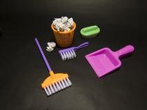 Tutto che dobbiate restare il secchio colorato, spazzola, spugna, ZAZZERA, fotografia stock libera da diritti