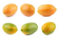 Tutto della frutta matura della papaia isolata su fondo bianco fotografia stock