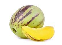 Tutto e fette di frutta del melone di pepino isolata su bianco fotografia stock libera da diritti