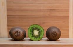 Tutto e kiwi di Haft sulla Tabella Immagini Stock