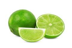 Tutto e metà con la calce verde fresca della fetta isolata su bianco Fotografie Stock Libere da Diritti