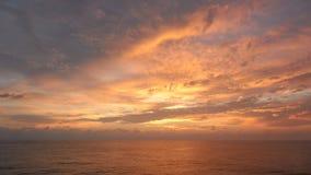 Tutto il cielo sopra l'oceano a colori si appanna fotografia stock