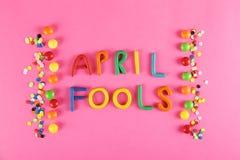 Tutto il concetto con gli accessori di festa, il 1° aprile attributi di tema del fondo di giorno degli sciocchi del partito Vicin fotografie stock