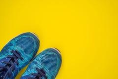 Tutto per il turchese di sport, tonalit? blu su un fondo giallo Stuoia di yoga, scarpe abiti sportivi di sport e bottiglia di fotografie stock libere da diritti