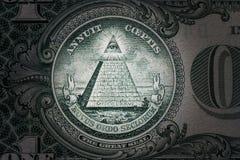 Tutto vedere occhio sull'un dollaro Nuovo ordine mondiale caratteri dell'elite 1 dollaro fotografia stock libera da diritti