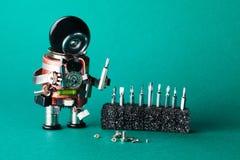 Tuttofare del robot con differenti viti di dimensione Concetto di servizio di manutenzione Carattere robot del giocattolo di prog Immagine Stock