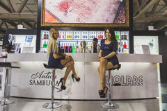 Tuttofood的两个俏丽的女孩2015年在米兰,意大利 免版税库存照片