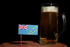 Tuvalu flaga z piwnym kubkiem na czerni Obraz Stock