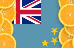 Tuvalu flagga i vertikal ram för citrusfruktskivor arkivfoton