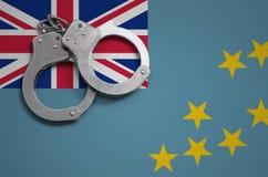 Tuvalu vlag en politiehandcuffs Het concept misdaad en inbreuken in het land stock afbeelding