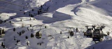 Tux Tyrol, Schwaz, Österrike - Februari 12 2015: Panorama- skidar semesterorten på den Hintertux glaciären Arkivbild