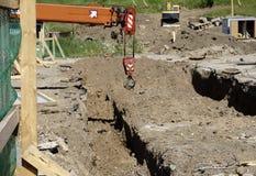 Tuyau à un chantier de construction les tuyaux de fer étaient les eaux d'égout étendues est alignés sur le site Web Image stock