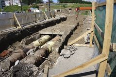 Tuyau à un chantier de construction les tuyaux de fer étaient les eaux d'égout étendues est alignés sur le site Web Photo stock