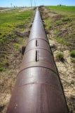 Tuyau d'irrigation en métal près des champs de ferme Photos libres de droits