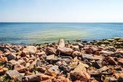 Tuyau de débordement venant de la terre à la mer Photo libre de droits