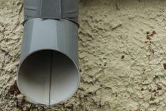 Tuyau de descente d'eaux ménagères par temps pluvieux Photographie stock libre de droits