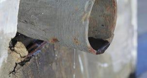 Tuyau de fer et eau de versement banque de vidéos