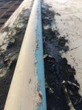 Tuyau de PVC avec une fuite de l'eau image libre de droits