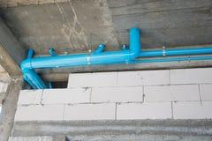 Tuyau de PVC pour le système de conduite d'eau dans la construction de construction de logements image stock