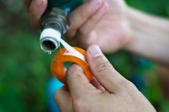 tuyau de réparation d'homme avec la bande de joint Images stock
