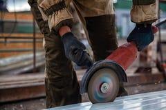 Tuyau en métal de soudage de constructeur photographie stock