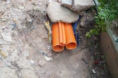 Tuyau en plastique de drainage enterré dans la terre photo libre de droits