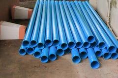 Tuyau en plastique de PVC empilé dans un chantier image stock