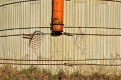 Tuyau et fourchette de ventilateur sur un vieux silo Photo libre de droits