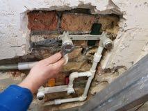 Tuyau et portes de propylène dans un mur de briques - soudure de propylène photo libre de droits
