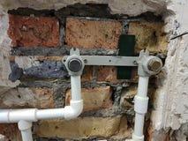 Tuyau et portes de propylène dans un mur de briques - soudure de propylène images libres de droits