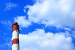 Tuyau industriel contre sur le ciel nuageux photos libres de droits