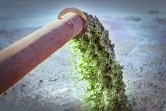Tuyau industriel déchargeant les eaux usées images stock