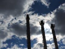 Tuyau industriel vieille de brique rouge et blanche sur le fond de ciel bleu La vieille image du concept d'industrie Écologie, re photo libre de droits