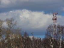 Tuyau industriel vieille de brique rouge et blanche sur le fond de ciel bleu La vieille image du concept d'industrie Écologie, re image stock