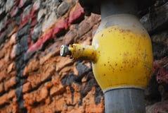 Tuyau jaune près de mur Photo libre de droits