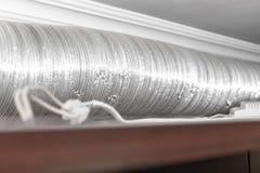 Tuyau ondul? en aluminium m?tallique expansible de ventilation de climatisation dans la cuisine reliant un capot de cuiseur et un photographie stock libre de droits