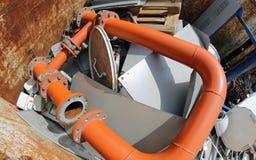Tuyau orange énorme avec beaucoup de matériaux épuisés Images stock