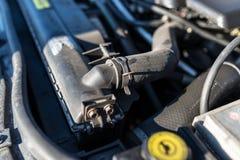 Tuyau reliant le radiateur de voiture au moteur, à l'arrière-plan le compartiment réacteur photo stock