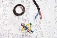Tuyauterie colorée de rétrécissement de la chaleur, bande électrique et terminaux Images stock