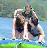 Tuyauterie de filles derrière un bateau Photo stock