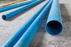 Tuyauterie de PVC de conduites d'eau dans le chantier de construction image stock