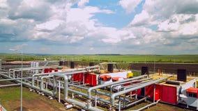 Tuyaux avec des stations au timelapse d'usine de raffinerie de gaz et de pétrole banque de vidéos