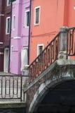 Tuyaux brillamment colorés avec le pont dans Burano Venise Italie Images libres de droits