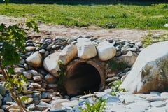 Tuyaux concrets de drainage pour le drainage naturel d'eau de pluie photographie stock libre de droits
