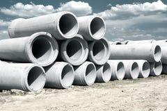 Tuyaux concrets industriels de drainage empilés pour la construction Nouveaux tubes Images libres de droits