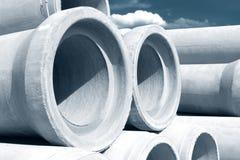 Tuyaux concrets industriels de drainage empilés pour la construction Nouveaux tubes Image libre de droits