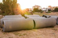 Tuyaux concrets industriels de drainage empilés pour la construction Nouveaux tubes Photographie stock libre de droits