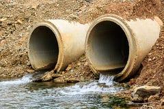 Tuyaux concrets sous la route Image stock