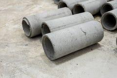 Tuyaux concrets sur le plancher en béton Photo libre de droits